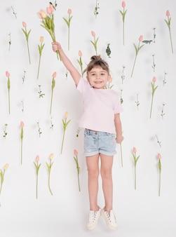 Jolie fille avec tulipes full shot