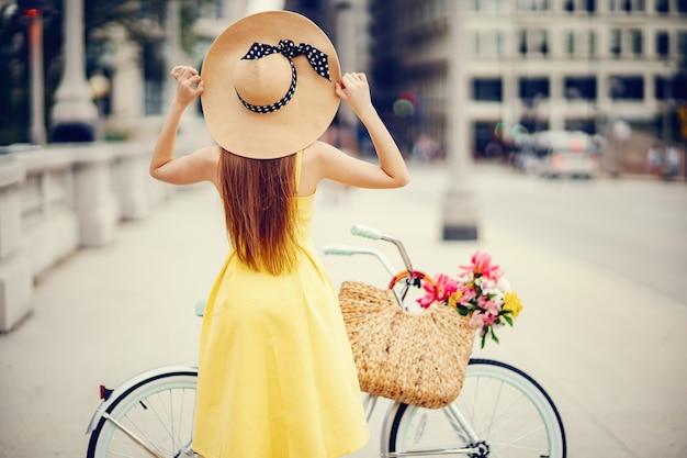 Jolie fille à vélo