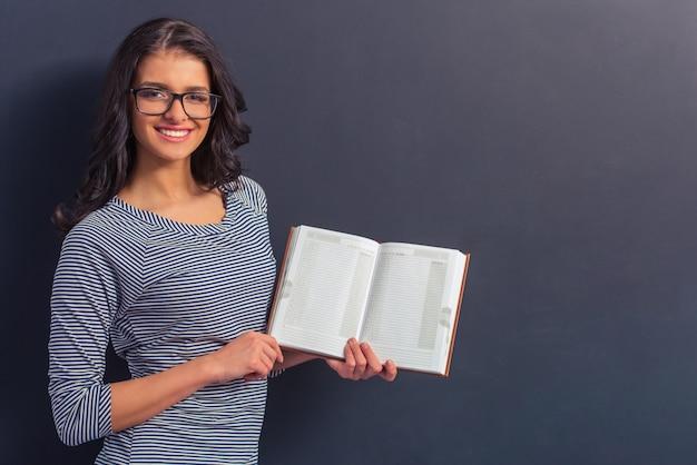 Jolie fille en vêtements décontractés et lunettes de vue.