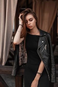 Jolie fille en vêtements de mode dans la rue