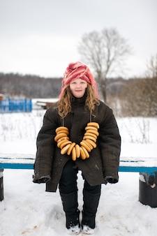 Jolie fille de village caucasien debout sur le banc