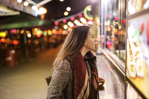 Jolie fille en ville la nuit
