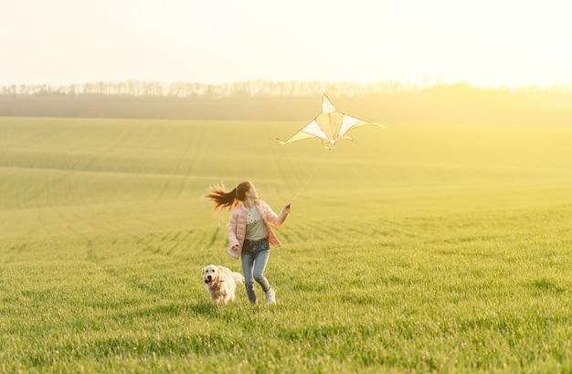 Jolie fille, voler, cerf volant, sur, champ
