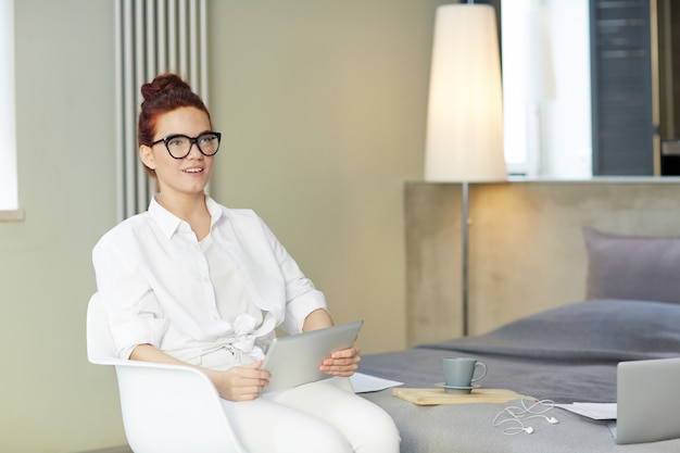 Jolie freelance enveloppée dans le travail