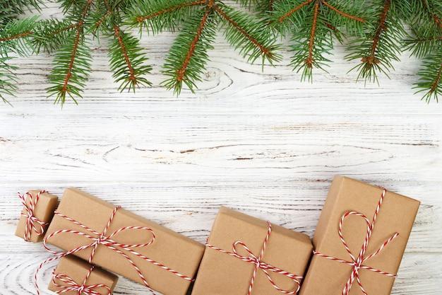 Jolie frontière de vacances de noël avec des cadeaux décoratifs à égalité avec un ruban rouge