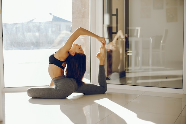 Jolie gymnaste près des fenêtres
