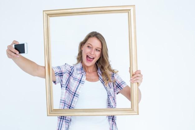 Jolie hipster prenant selfie avec smartphone