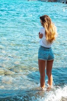 Jolie jeune blonde au bord de la mer