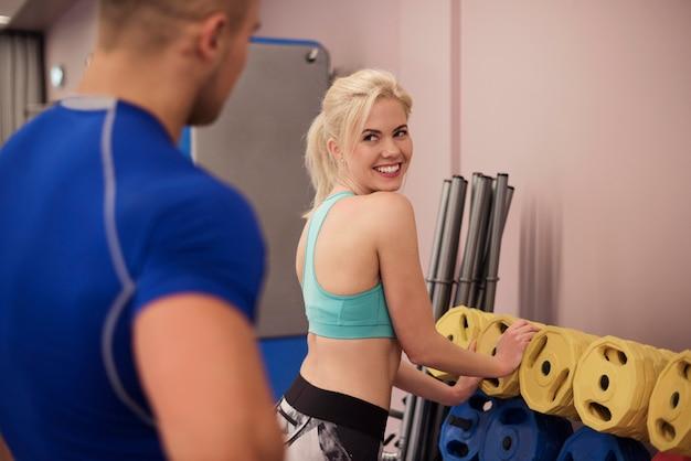 Jolie jeune blonde et un entraîneur personnel