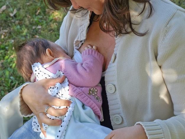 Jolie jeune brune allaitant