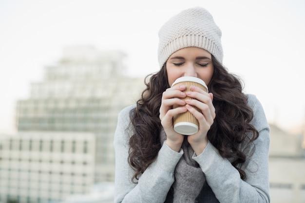 Jolie jeune brune, boire du café