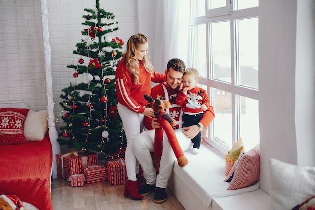 Jolie jeune famille assis à la maison