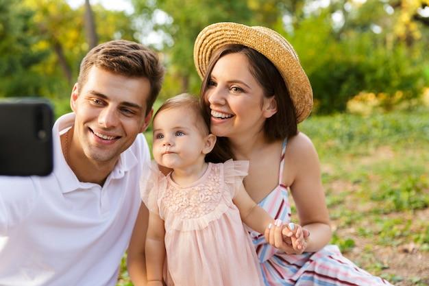 Jolie jeune famille avec petite fille passant du temps ensemble