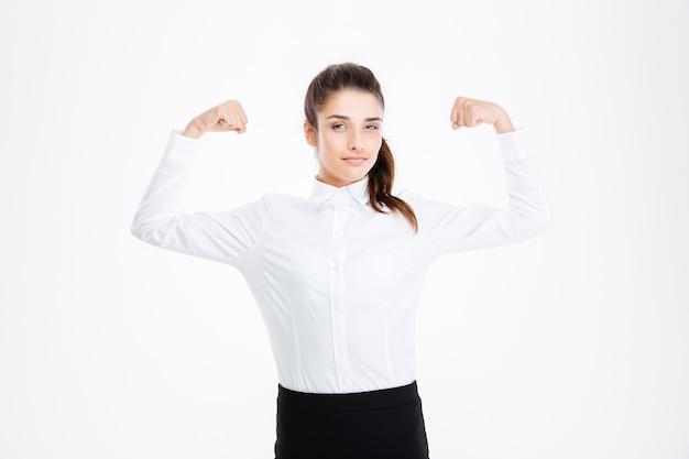 Jolie jeune femme d'affaires montrant des biceps