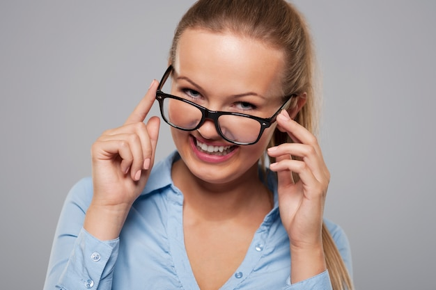 Jolie jeune femme d'affaires portant des lunettes de mode