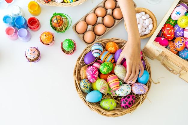 Jolie jeune femme asiatique aime peindre une aquarelle sur des œufs fantastiques pour le festival des œufs de pâques