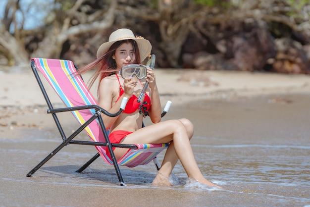 Jolie jeune femme asiatique en bikini heureuse sur une belle plage en vacances d'été en thaïlande
