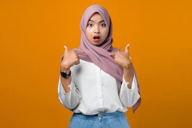 Jolie jeune femme asiatique se sentir confus sur jaune