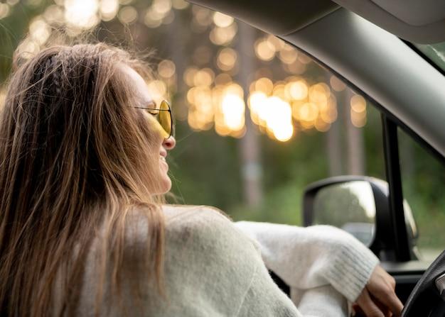Jolie jeune femme au volant