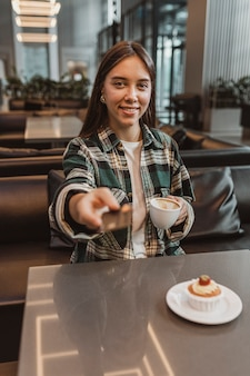 Jolie jeune femme bénéficiant d'une pause café