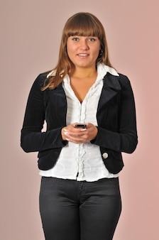 Jolie jeune femme blanche caucasienne tient le téléphone mobile et le chat.
