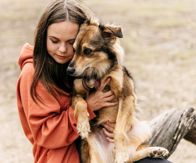 Jolie jeune femme caresser son chien