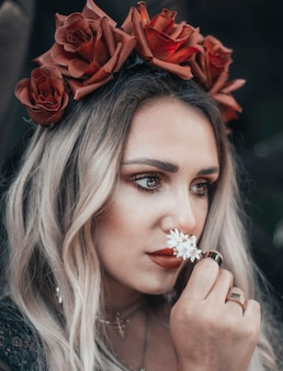 Jolie jeune femme avec une couronne de roses