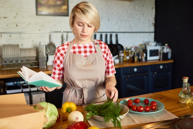 Jolie jeune femme de cuisine dans la cuisine