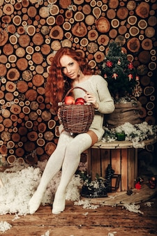 Jolie jeune femme dans un mode d'hiver tourné portant un pull en laine blanc et des chaussettes tricotées. nouvel an et noël.