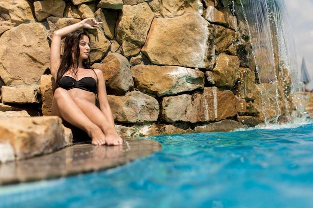 Jolie jeune femme dans la piscine