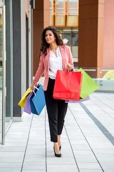 Jolie jeune femme dans shopping