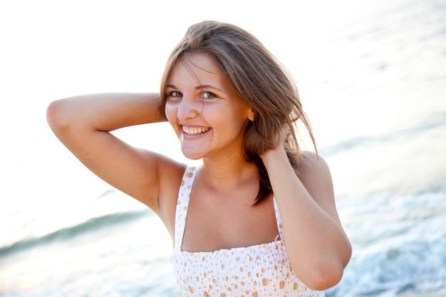 Jolie jeune femme debout sur la plage
