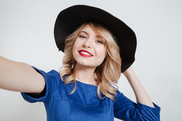 Jolie jeune femme faire selfie posant