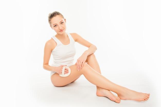 Jolie jeune femme faisant une exfoliation spa