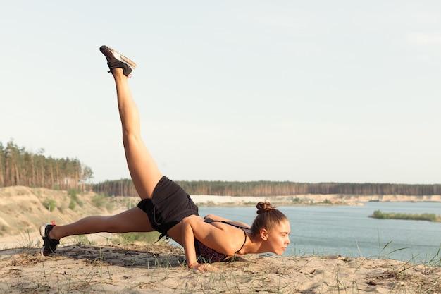 Une jolie jeune femme faisant une pose de yoga