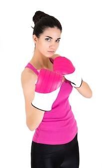 Jolie jeune femme avec des gants de boxe