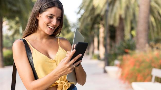 Jolie jeune femme heureuse après avoir reçu un message texte