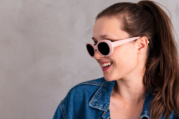 Jolie jeune femme à lunettes de soleil