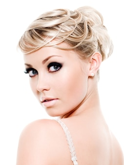Jolie jeune femme avec maquillage mode