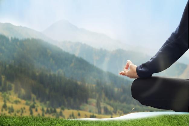 Jolie jeune femme méditant dans les montagnes. lotus se bouchent.