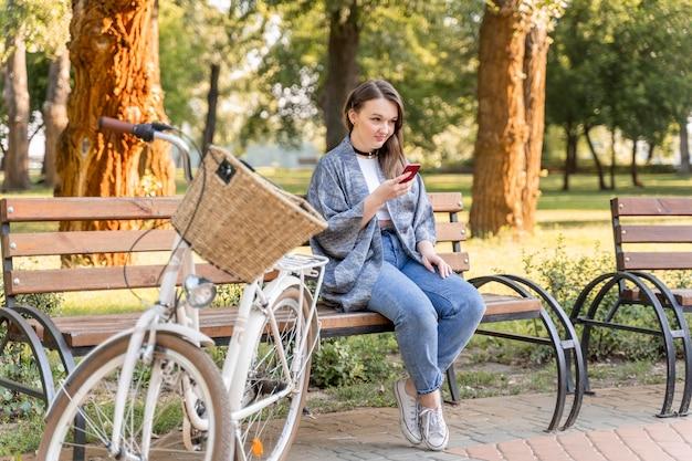 Jolie jeune femme navigation téléphone mobile