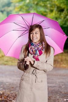 Jolie jeune femme avec parapluie