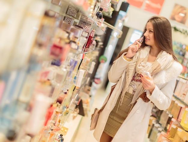 Jolie jeune femme en parfumerie