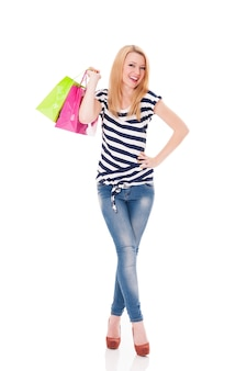 Jolie jeune femme avec plein de sacs