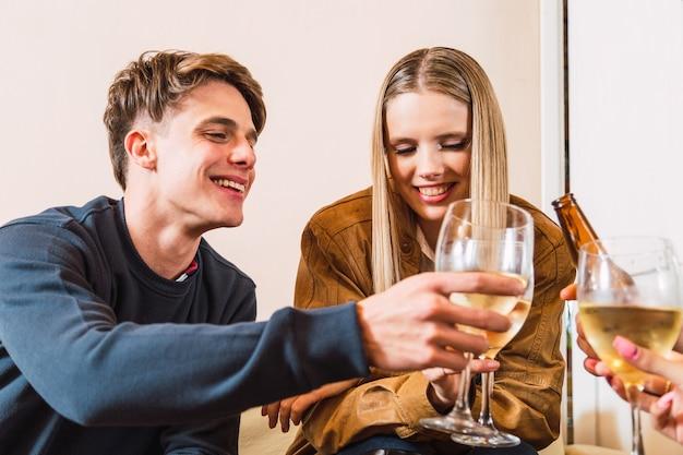 Jolie jeune femme qui sourit à son partenaire à sa date
