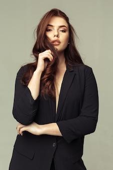 Jolie jeune femme sensuelle fashion sexy posant