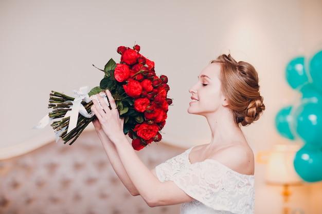 Jolie jeune femme, sentir, rose, bouquet