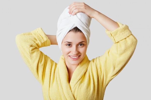 Jolie jeune femme avec une serviette sur la tête
