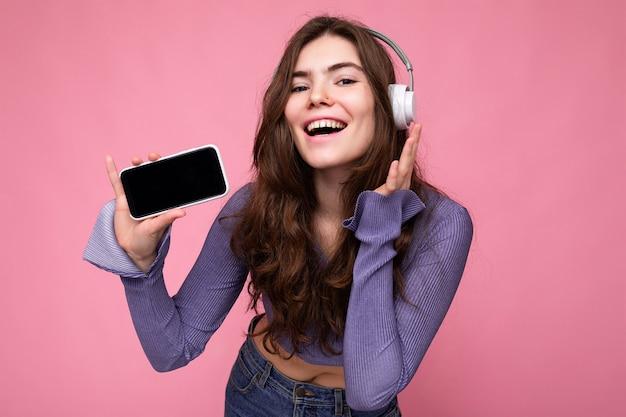 Jolie jeune femme souriante et positive portant une tenue décontractée élégante isolée sur coloré
