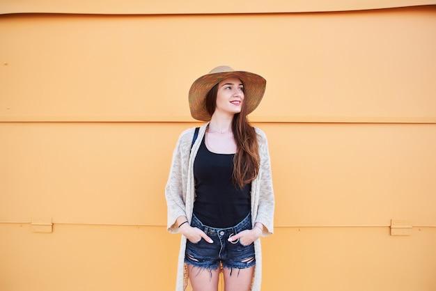 Jolie jeune femme souriante touristique marchant et profitant d'une journée d'été ensoleillée